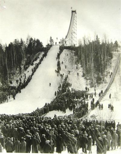 1926년 1월에 열린 Chester Bowl 스키 점프 경기를 둘루스 사람들이 모여 구경하고 있다.(CBIC (Chester Bowl Improvement Club))