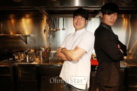 올리브쇼의 허세 최현석 셰프(오른쪽)와 재벌 오세득 셰프가 10일 오후 서울 신사동 엘본더테이블 신사점에서 오마이스타와 인터뷰를 하며 포즈를 취하고 있다.