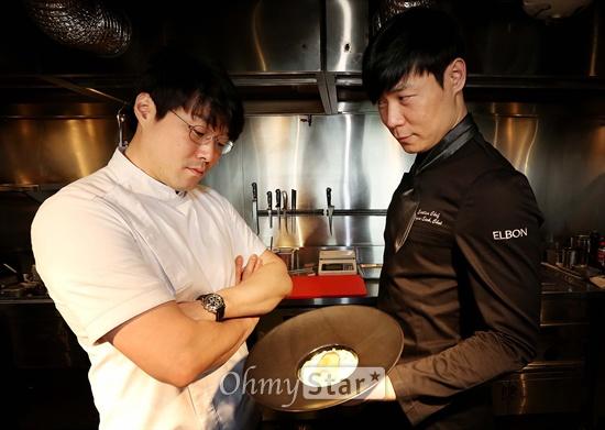 올리브쇼의 허세 최현석 셰프(오른쪽)와 재벌 오세득 셰프가 10일 오후 서울 신사동 엘본더테이블 신사점에서 요리한 음식을 보며 포즈를 취하고 있다.