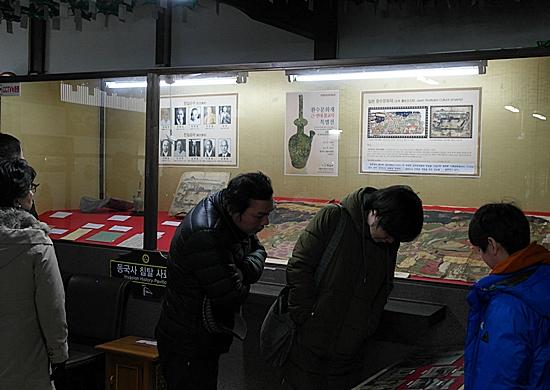 동국사 '일제침탈 사료관'에 전시된 자료들을 돌아보는 방문객들.