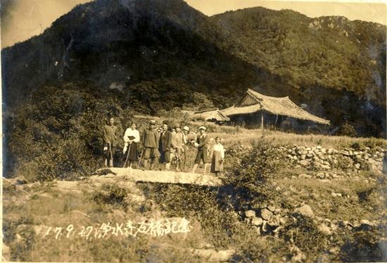 1942년 강화도 정수사 청석교 기념(뒤편 큰 건물이 극락전)