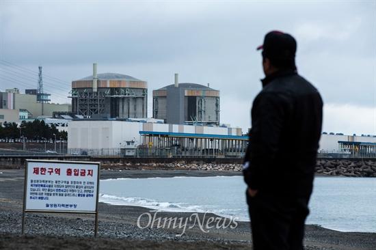 월성1호기 쳐다보는 주민 월성원전과 맞붙어 있는 나아리에 거주하는 한 주민이 3일 오후 경북 경주에 위치한 한국수력원자력 월성원자력본부의 (오른쪽부터) 월성1,2호기를 바라보고 있다. 월성1호기는 최근 원자력안전위원회에서 수명연장결정을 해 2022년까지 운행하게 된다.