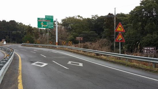 관광 안내표지판들이 드문 드문 위치해 있어 운전자들의 시선을 뺏고 있다.
