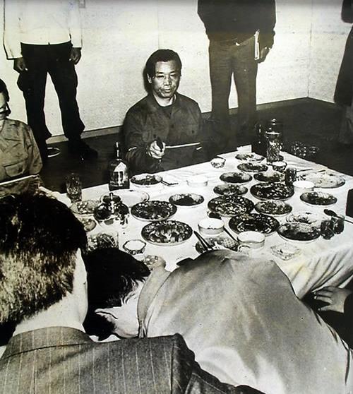 김재규가 박정희 전 대통령을 향해 권총을 발사하는 장면을 재현하는 모습