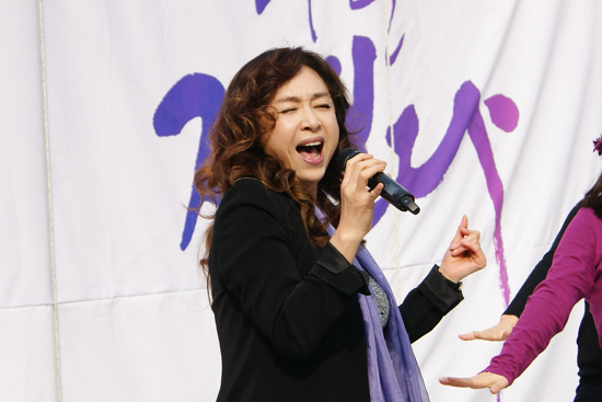 뮤지컬 배우 박해미씨가 '댄싱퀸'을 열창하고 있다. 참가자들은 박씨의 노래에 맞춰 춤을 추는 시간도 가졌다.