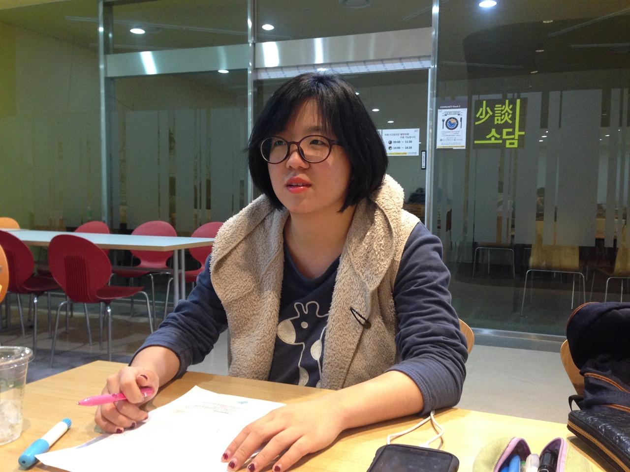 """대학교 카페에서 만난 용혜인 """"가만히 있으라"""" 제안자 용혜인 씨가 경희대학교 청운관 카페에서 인터뷰를 하고 있다."""