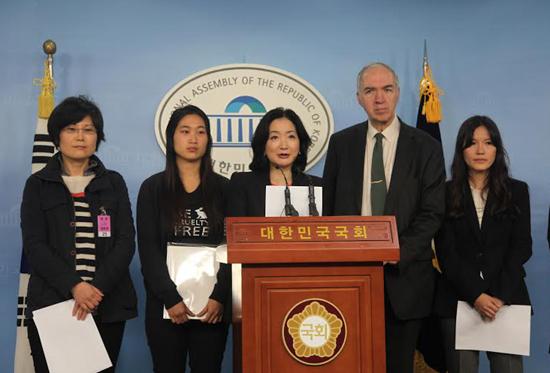 문정림 새누리당 의원이 11일 화장품 동물실험을 금지한 화장품법 개정안 발의와 관련해 기자회견을 열었다.
