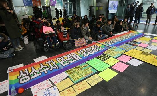 2014년 12월 6일, 성소수자 인권단체 회원들이 서울시청에서 성소수자 차별금지를 명시한 인권헌장을 거부하고 보수기독교단체와 면담에서 '동성애를 지지하지 않는다'는 입장을 밝힌 박원순 서울시장 규탄 농성을 시작하고 있다