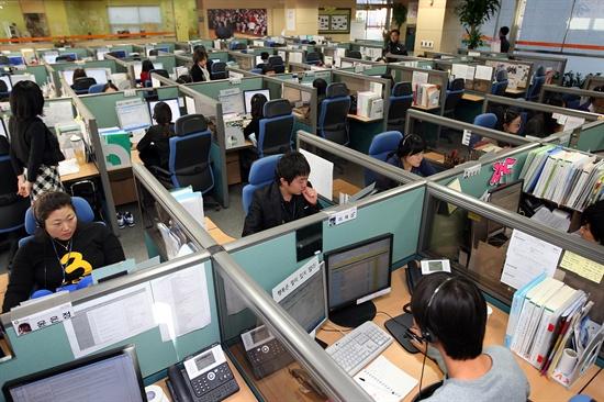 서울시는 시내 25개 자치구의 52개 대표전화를 시 민원전화인 120다산콜센터와 연계한 통합콜센터 시스템을 구축해 서비스를 제공하기 시작했다. 통합기념식이 열린 지난 2009년 11월 18일 오전 서울 동대문구 신설동 120다산콜센터에서 상담원들이 전화를 받고 있다.