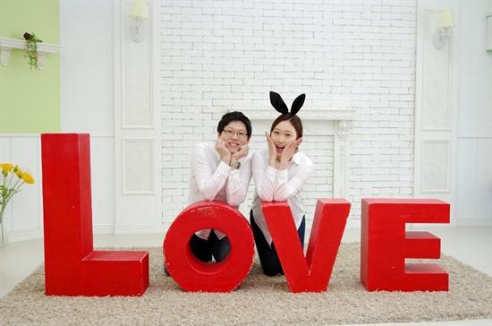나승완-박소담 예비부부의 웨딩촬영. 사진사 없이 리모컨으로 촬영한 100% 셀프 웨딩 사진이다.