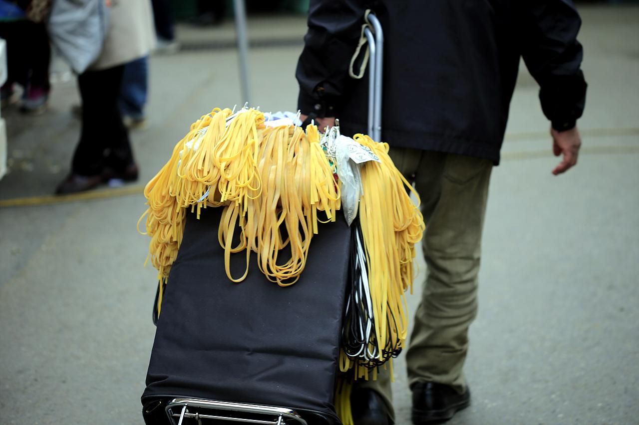 고무줄 장사 아주 오랜만에 본다. 저 노란 고무줄과 기저귀 묶는 노란 고무줄은 새총고무줄로 인기 만점이었다.