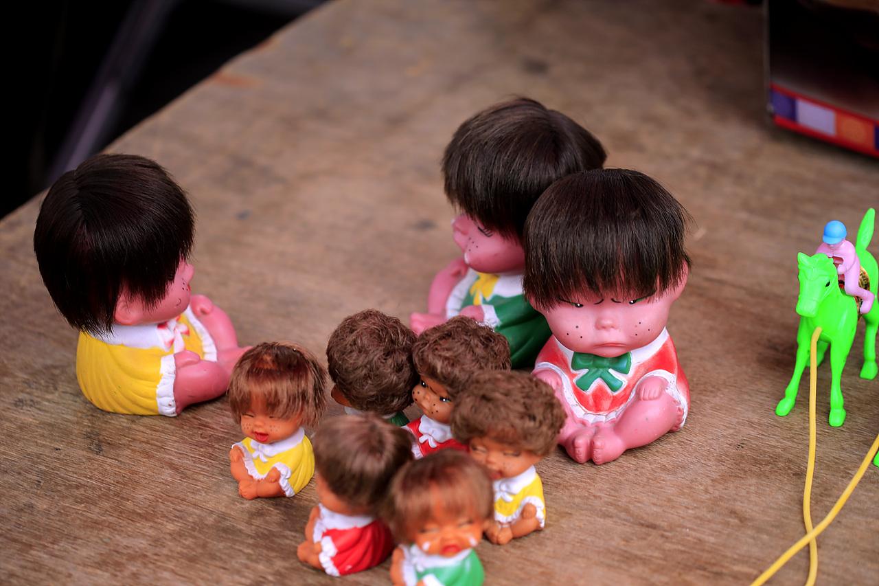 못난이 인형 못나서 살아남은 인형들이다. 70년대 어린 시절 보았던 장난감들을 오일장에서 만난다. 오일장은 추억을 파는 곳이기도 하다.