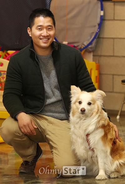 EBS스페셜 프로젝트 <세상에 나쁜 개는 없다>에서 반려견들의 이상 행동을 교육시키는 강형욱 훈련사가 16일 오후 서울 잠원동 보듬행동클리닉에서 반려견 다올이와 함께 포즈를 취하고 있다.