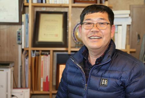 아너 소사이어티 회원이 된 김경수씨. 최근 개인 1억 원 기부를 마친 김 씨가 자신의 삶과 생활에 대한 이야기를 들려주고 있다.