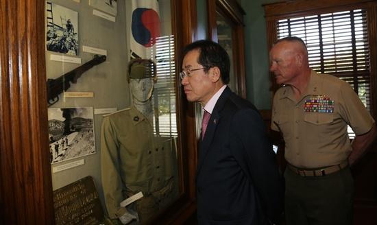 미국을 방문하고 있는 홍준표 경남지사는 3월 20일 캘리포니아주 펜들턴에 소재한 미해병대 제1사단을 방문해, 한국전쟁 당시 낙동강전투와 관련한 기념품을 둘러보았다.