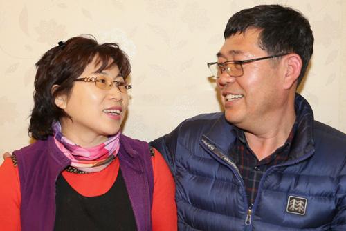 개인 1억원 기부 클럽인 '아너 소사이어티' 회원이 된 차정례씨와 김경수씨 부부. 김씨 부부가 서로 쳐다보며 이야기를 나누고 있다.