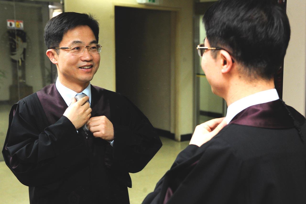 소년재판정에 들어가기 전에 옷매무시를 하는 천종호 부산가정법원 부장판사.