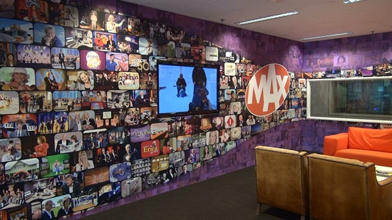 MAX 방송국 입구, 그동안 제작되었던 프로그램 사진들이 전시되어 있다.