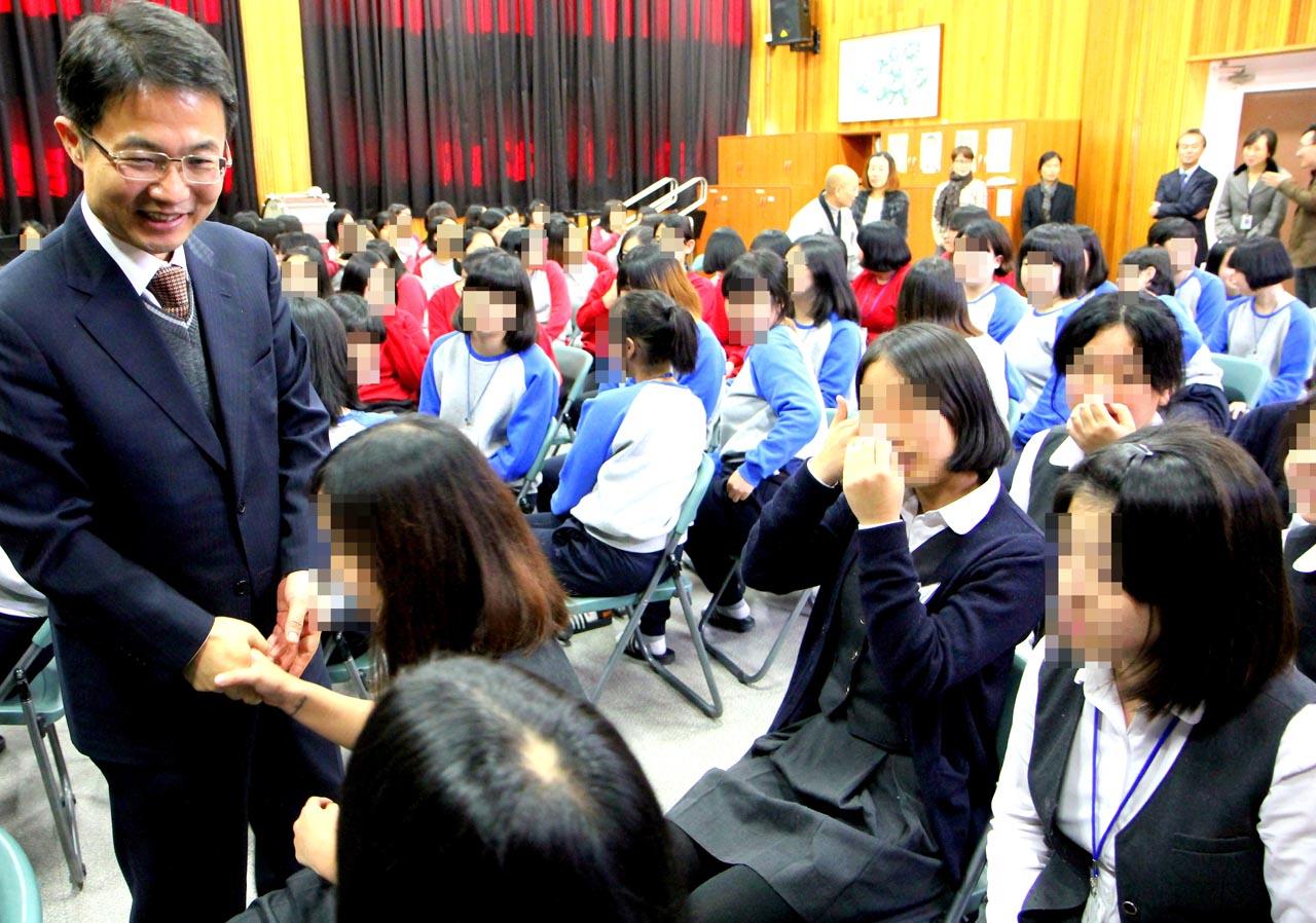 천종호 부장판사가 2014년 11월 14일 안양소년원(여자소년원)에서 특강을 마치고 소녀들과 악수를 하고 있다.