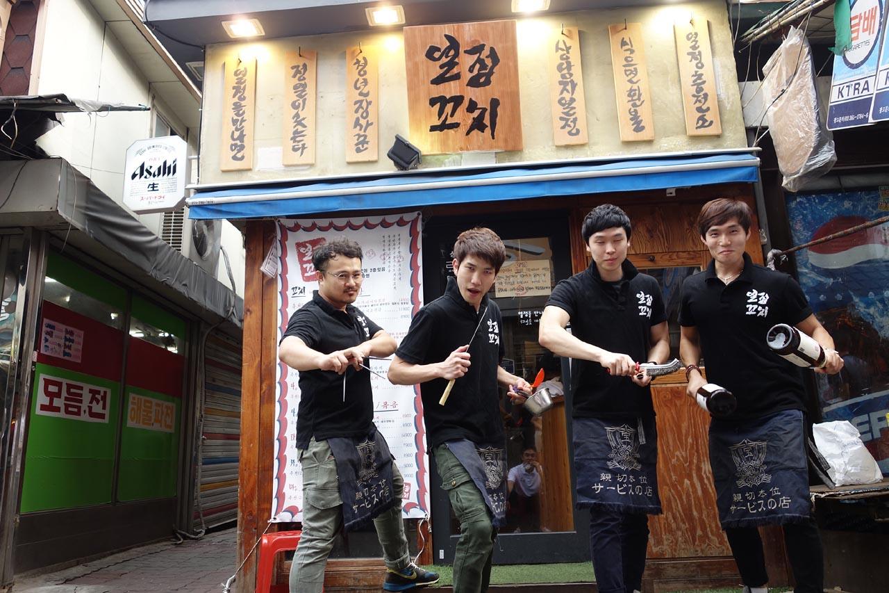 청년장사꾼이 운영하고 있는 열정꼬치와 청년장사꾼 멤버들. 왼쪽이 김연석씨다.