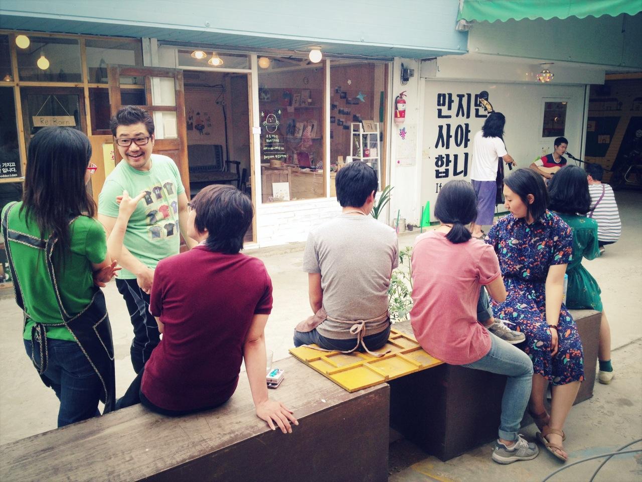 옹기종기 모여있는 전주 남부시장 청년장사꾼들의 모습