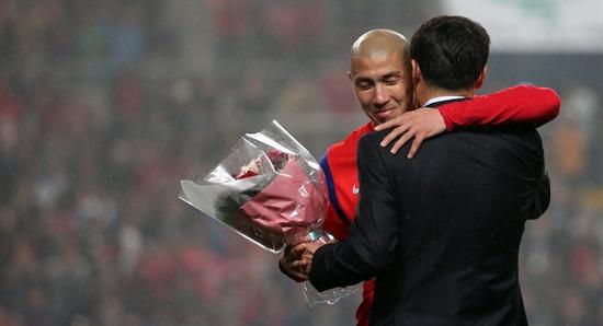 3월 31일 서울월드컵경기장에서 열린 축구 국가대표팀 평가전 대한민국과 뉴질랜드의 경기 하프타임. 은퇴식을 가진 차두리가 아버지인 차범근 전 감독과 포옹을 하고 있다