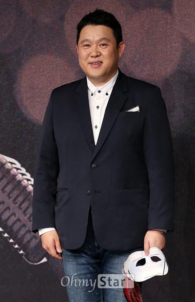 '복면가왕' 김구라, 레슬러다운 포스 2일 오후 서울 상암동 MBC사옥에서 열린 MBC예능프로그램 <일밤-복면가왕> 제작발표회에서 MC 김구라가 포토타임을 갖고 있다. <일밤-복면가왕>은 인기라는 편견을 버리고 진정한 노래 실력으로만 최고의 가수를 뽑는다는 궁금증에서 시작된 프로그램으로 나이, 신분, 직종을 숨긴 스타들이 목소리만으로 실력을 뽐내는 미스터리 음악쇼다. 5일 오후 4시 50분 첫방송.