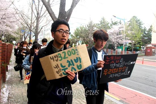 산청 간디고등학교 학생 20여명은 2일 오후 경남도교육청 브리핑룸에서 무상급식 정상화를 요구하며 기자회견을 연 뒤, 2킬로미터 정도 거리에 있는 정우상가 앞까지 행진했다.