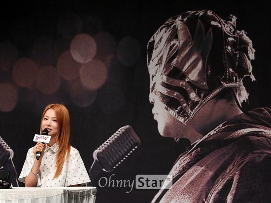 EXID 솔지, '복면가왕'의 강제 홍보대사!    2일 오후 서울 상암동 MBC사옥에서 열린 MBC예능프로그램 <일밤-복면가왕> 제작발표회에서 EXID의 솔지가 기자들의 질문에 답하고 있다. 솔지는 파일럿프로그램으로 방송된 설특집 <복면가왕>에서 우승했다. <일밤-복면가왕>은 인기라는 편견을 버리고 진정한 노래 실력으로만 최고의 가수를 뽑는다는 궁금증에서 시작된 프로그램으로 나이, 신분, 직종을 숨긴 스타들이 목소리만으로 실력을 뽐내는 미스터리 음악쇼다. 5일 오후 4시 50분 첫방송.