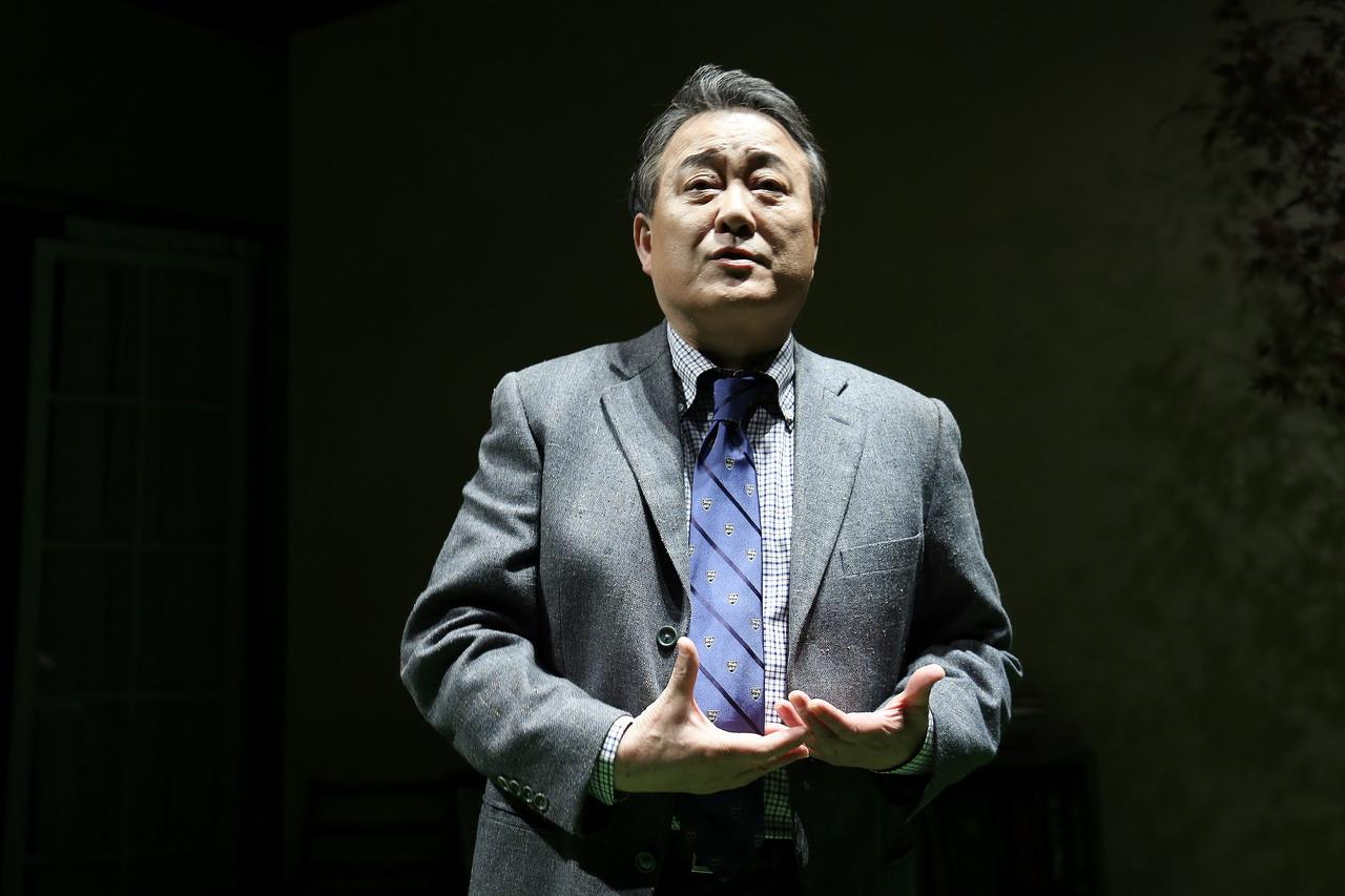 노주현, 40년만의 연극 컴백작 '모리와 함께한 화요일' 프레스콜 스틸컷