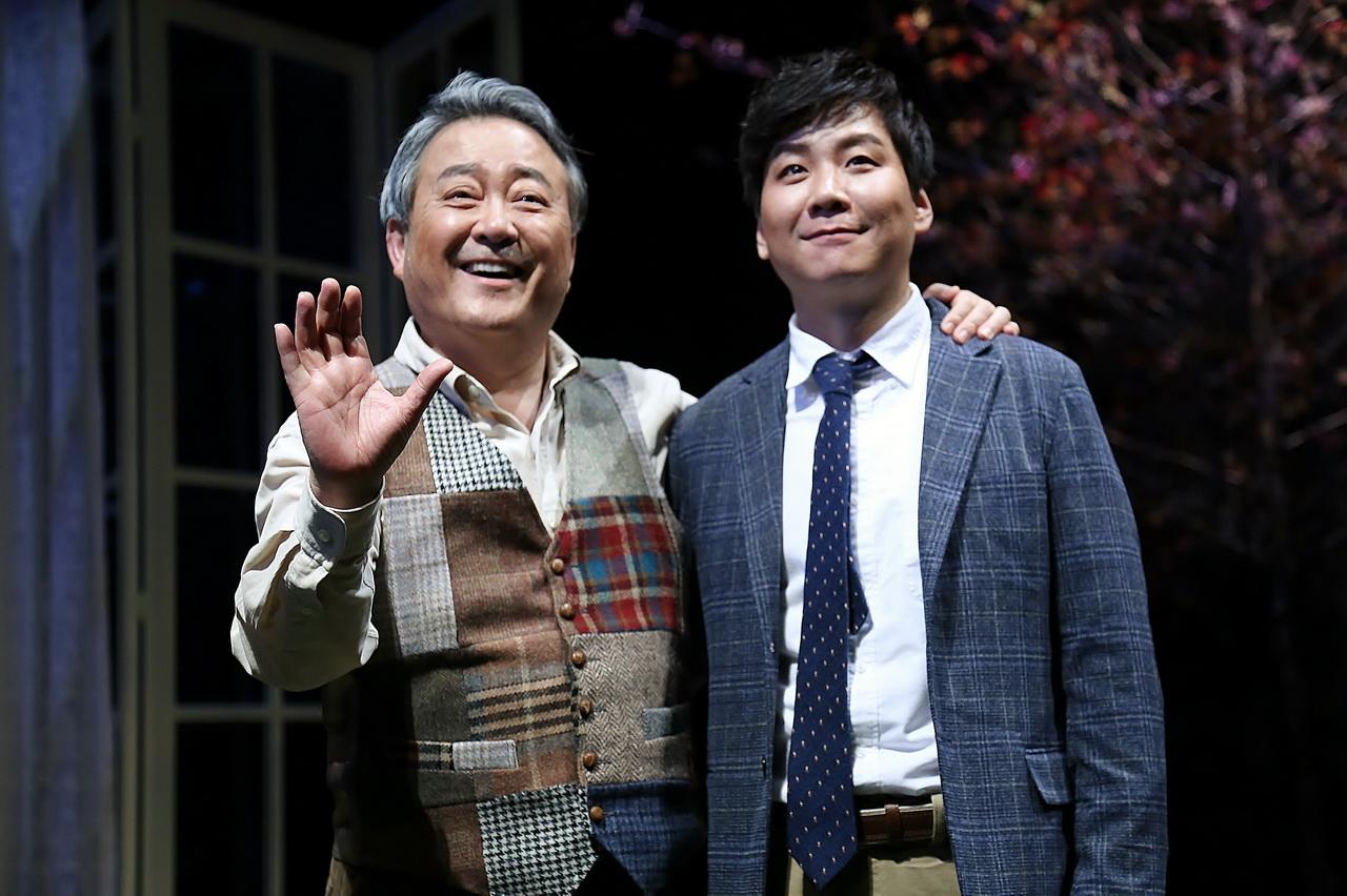 노주현, 40년만의 연극 컴백작 '모리와 함께한 화요일' 오민석과 환하게 웃으며 포토타임을 갖는 노주현