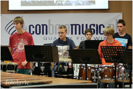 가장 왼쪽, 뮤직 세션에서 진행한 지역 행사에서 드럼을 치고 있는 헤르트