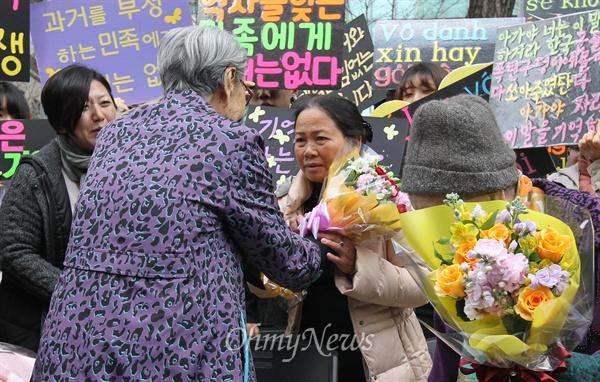 수요집회 참석한 베트남전 민간인학살 피해자 일본군 위안부 피해자 김복동 할머니가 8일 오후 서울 종로구 일본대사관 앞에서 열린 '일본 위안부 문제 해결을 위한 1173차 수요집회'에서 베트남전 한국군 민간인학살 피해자 응우옌 티 탄(NGUYEN THI THANH) 씨에게 꽃다발을 건네주고 있다.