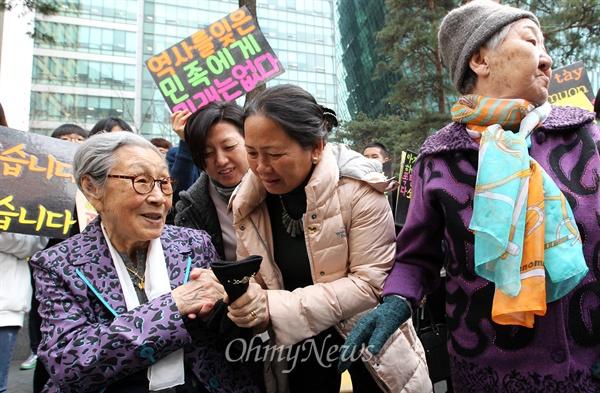 베트남전 민간인학살 피해자 손 잡아주는 김복동 할머니 일본군 위안부 피해자 김복동 할머니가 8일 오후 서울 종로구 일본대사관 앞에서 열린 '일본 위안부 문제 해결을 위한 1173차 수요집회'에 참석한 베트남전 한국군 민간인학살 피해자 응우옌 티 탄(NGUYEN THI THANH) 씨의 손을 잡아주고 있다.