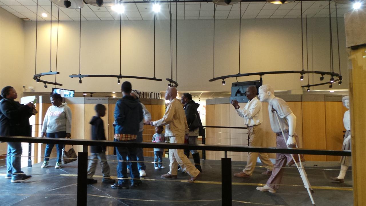 애틀랜타 마틴루터킹 기념관, 재연한 셀마 행진 인형 사이로 아이들이 놀고 있다.
