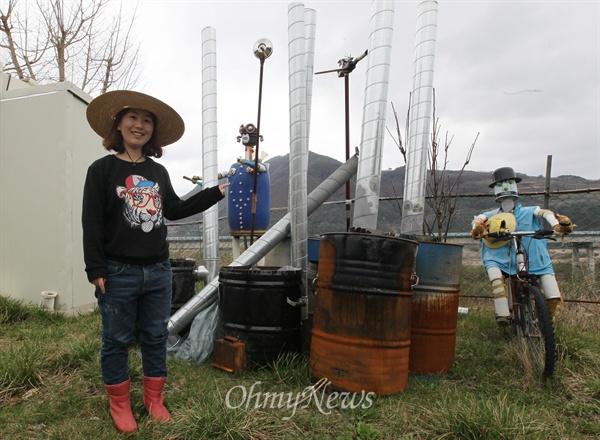 유라 씨가 지난해 귀농, 귀촌에 관심 있는 청년들과 함께 적정기술로 만든 화덕과 난로를 보여주고 있다.