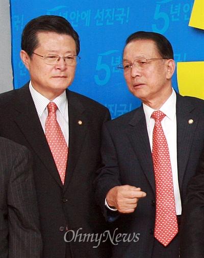 2007년 6월 11일 오전 서울 염창동 한나라당사에서 열린 박근혜 전 대표의 대선 경선 출마 기자회견에 배석한 허태열, 김기춘 의원이 이야기를 나누고 있다.