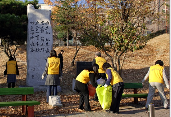 지난 2008년 10월, 대전지방보훈청이 대전 대덕구 쌍청공원 내에 소재한 김태원 선생 어록비에서 정화 활동을 벌이고 있다.