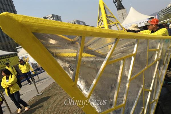 세월호 희생자를 추모하는 종이배를 담을 모형 종이배가 11일 서울 광화문 세월호 농성장에 설치돼 있다. 유리 조각 하나하나에는 304인 희생자의 이름이 새겨져 있다.