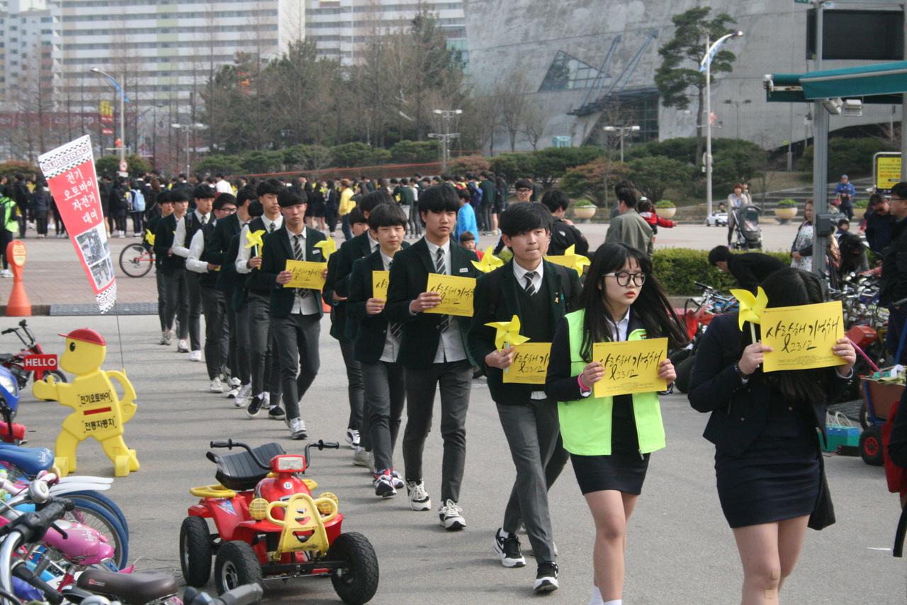 행진하는 속초 청소년들 엑스포 광장에 모인 속초시 청소년들이 가두행진을 시작하고 있다.