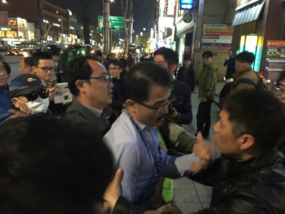 정함철 서북청년단 대변인이 세월호 시민-유족들의 행진을 막으려고 나섰다가 거부당하고 있다.