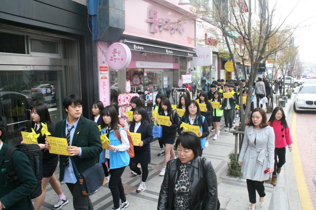 시가행진 속초시내를 행진하고 있는 청소년들