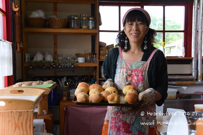 사치코씨 아침에 빵을 굽는 모습