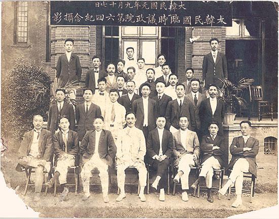 대한민국 임시의정원 제6회 기념(1919. 9. 17.) 앞줄 중앙에 안창호, 다음줄 맨 오른쪽이 김구다.