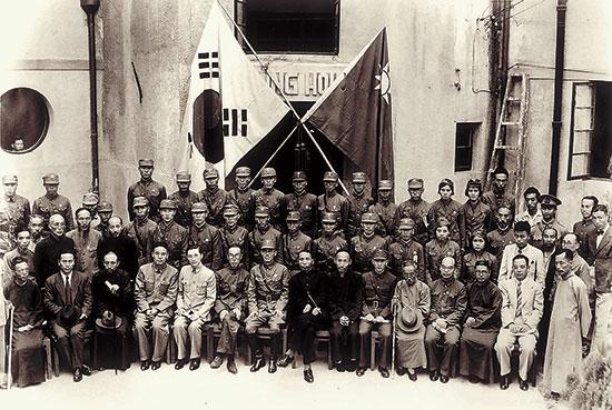 한국광복군총사령부 성립전례식을 마치고(중경, 1947.9.17.) 광복군은 임정 산하의 정규군이었다.