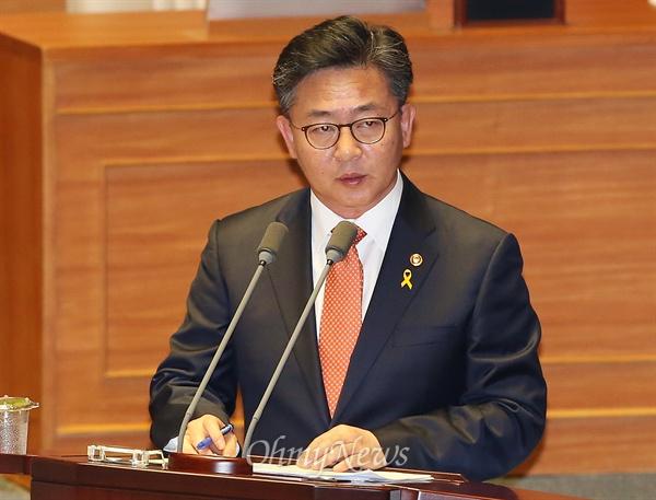 홍용표 통일부장관이 14일 오전 국회 외교안보분야 대정부질문에서 의원들의 질의에 답변하고 있다.