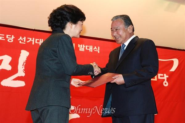 이완구 총리가 대선을 앞둔 지난 2012년 10월 21일 천안 독립기념관에서 열린 새누리당 충남도당선대위 발대식에서 박근혜 후보로부터 명예선거대책위원장 임명장을 받고 있다.