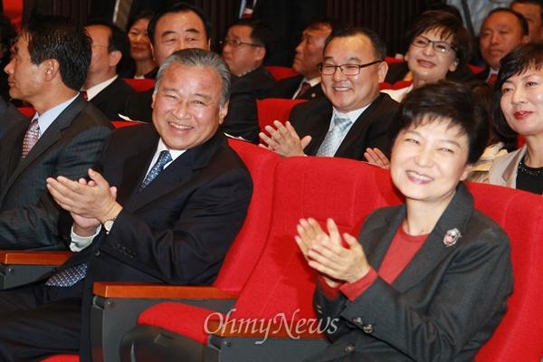 이완구 총리가 대선을 앞둔 지난 2012년 10월 21일 천안 독립기념관에서 박근혜 후보가 참석한 가운데 열린 새누리당 충남도당선대위 발대식에 참석하고 있다. 이완구 총리는 발대식에서 박근혜 후보로부터 명예선거대책위원장 임명장을 받았다.