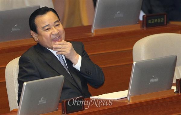 이완구 국무총리가 15일 오전 서울 여의도 국회 본회의장에서 열린 경제분야 대정부질문에 참석해 야당 의원들의 질의에 답한 뒤 입을 매만지고 있다.