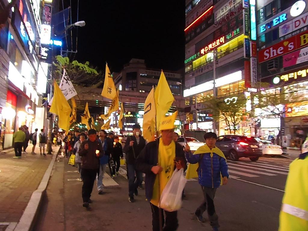 세월호 촛불평화행진을 하고 있다. '잊지 말자 0416'깃발과 손에 촛불을 들고 행진을 하고 있다.